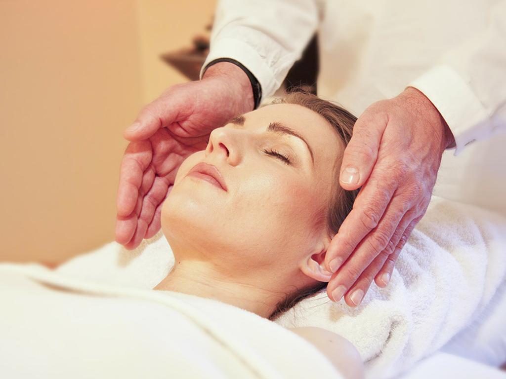 Pratique de la Thérapie psycho-énergétique - Reiki sur une femme